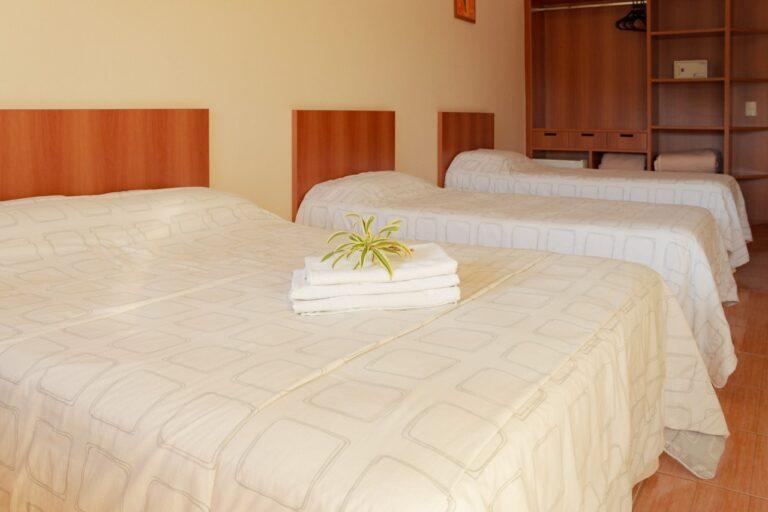 Quarto ideal hosperdar-se com a família. Na foto, uma cama de casal e duas de solteira. Só no Hotel Fazenda Tucano, pertinho de bh.