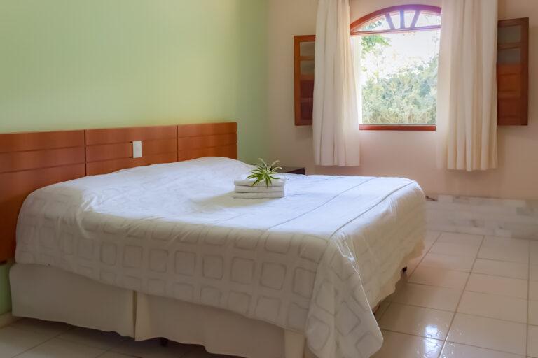 Na foto, uma cama de casal. Quarto do Hotel Fazenda Tucano, pertinho de bh.